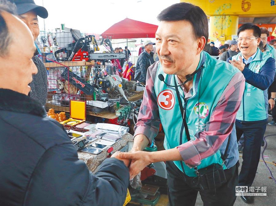 新北市立委補選候選人余天(中)9日與交通部長林佳龍(右)一起到重新橋跳蚤市場掃街拜票。   (季志翔攝)
