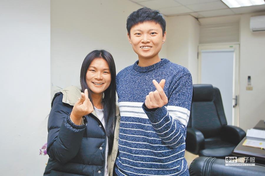中華女足隊長王湘惠(左)拜會接任桃園市體育局長的台灣師大學妹莊佳佳,希望一起推動基層足球。(李弘斌攝)
