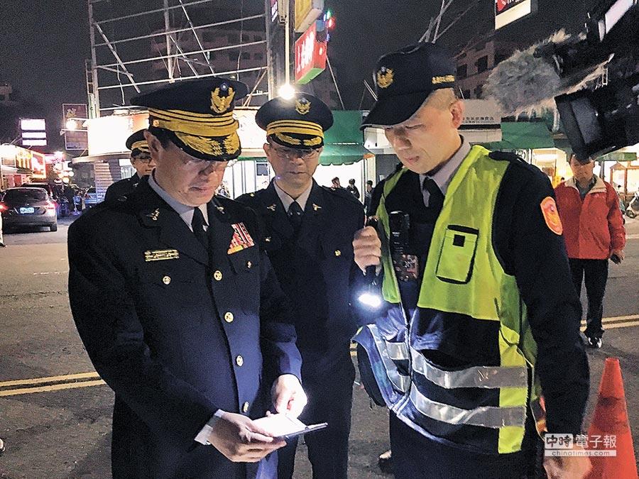 嘉義市警察局長林水順(左)帶隊巡查,在友愛路執行路檢時查獲K他命。(廖素慧攝)