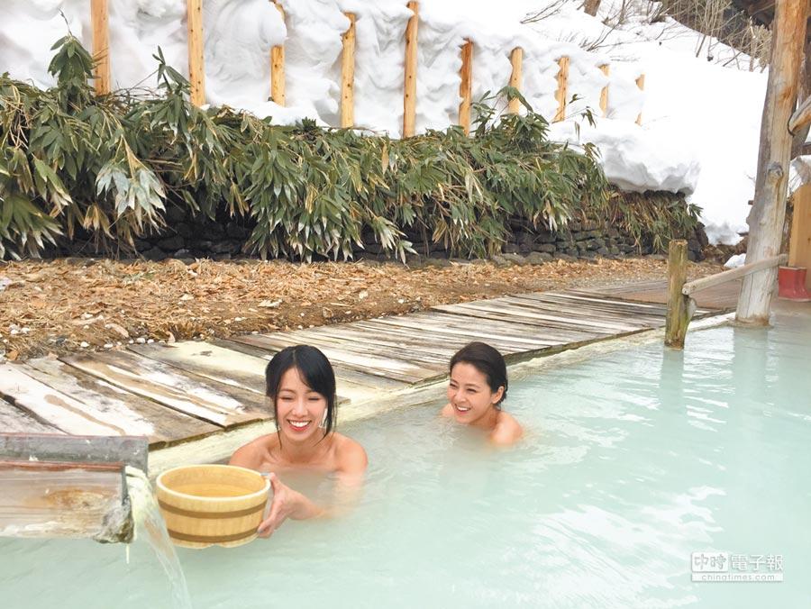 黃瑄(左)和蘇晏霈在乳頭溫泉鄉體驗泡湯樂趣。