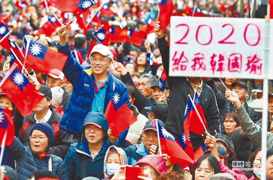 大陸全國台聯副會長符之冠說,韓國瑜讓民進黨焦慮症、自閉症兩症併發。圖為2月23日,在三重立委補選參選人鄭世維造勢活動中,民眾熱情歡迎高雄市長韓國瑜到場。(本報系資料照片)
