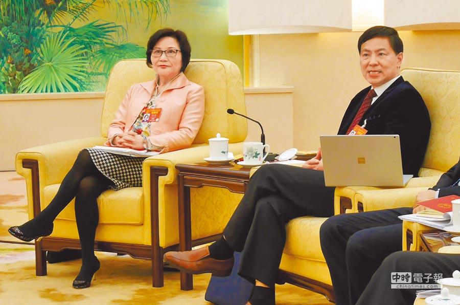 大陸全國人大代表、中國教育科學研究院研究員陳雲英(左)、同濟大學教授張雄(右),9日分別就台生及台師赴陸發表看法。(記者陳君碩攝)
