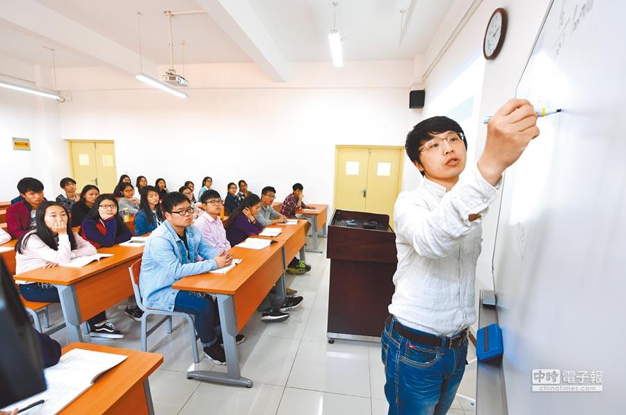 台籍教師在大陸遭遇「玻璃門」、門檻跨不過的問題。圖為台籍青年教師在湖北經濟學院給學生上課。(新華社資料照片)
