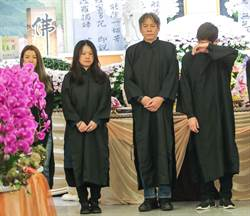 演藝圈好友齊聚 侯昌明送爸最後一程:「您畢業了!」