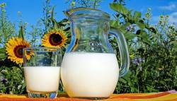 喝牛奶容易長痘痘?國外研究:尤其「這兩種」
