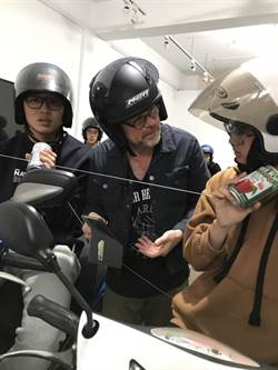 機車騎進藝廊!國際藝術家麥克‧斯塔布斯偕台南青年獻藝