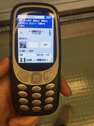 他曬Nokia復古神機「滑臉書」!網看畫面全跪了