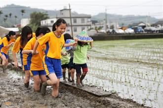 體驗農村生活 學童下田耕種做公益圖