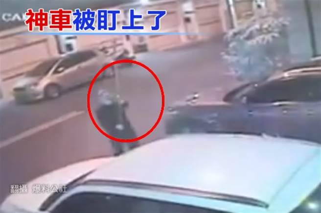 偷車賊拿著伸縮桿沿路調整監視器角度,手法相當熟練,疑似是預謀性犯案。(翻攝自爆料公社)