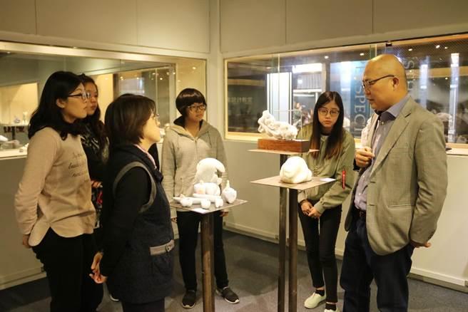 弘光科大展出國際雕塑袖珍展,台藝大雕塑系主任賴永興(右一)導覽解說。(陳淑娥攝)