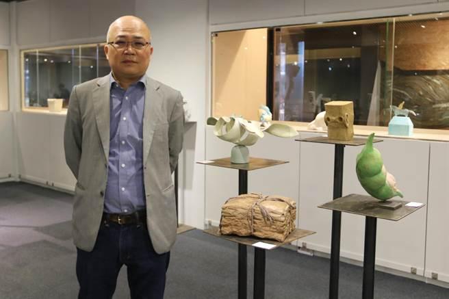 台藝大雕塑系主任賴永興指雕塑袖珍展,反映出年輕人最夯的想法。(陳淑娥攝)