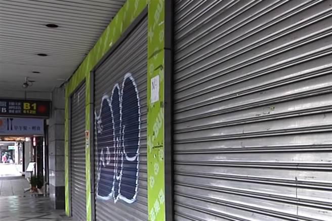 八德路四段沿路不到500公尺,就有將近15間閒置店面,即便屋主降租也乏人問津。(圖/中天新聞)