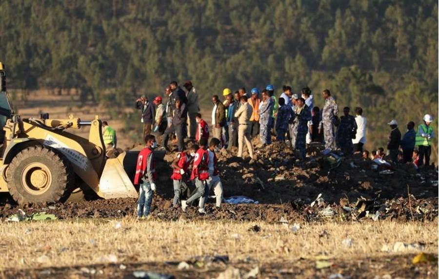 衣索比亞航空波音737 MAX客機周日墜毀首都阿迪斯阿貝巴東南方,圖為搜救人員在現場作業的畫面。(路透)