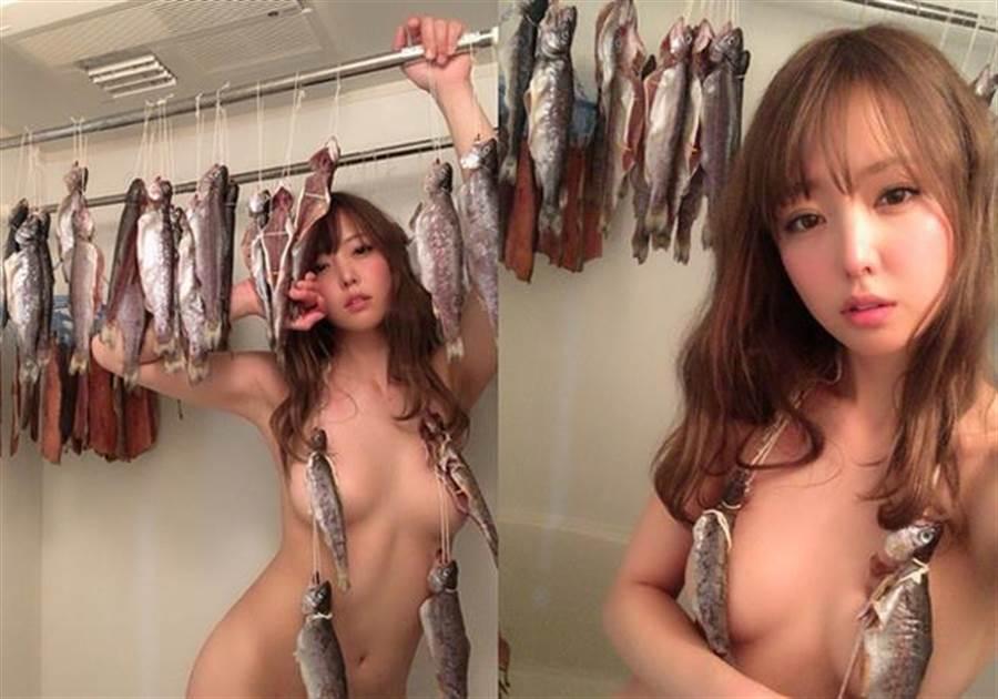 她將性感結合興趣,以全裸但又三點不露的的方式,拍出一系列「裸女魚屍照」。(圖/翻攝自吉野七寶實推特)