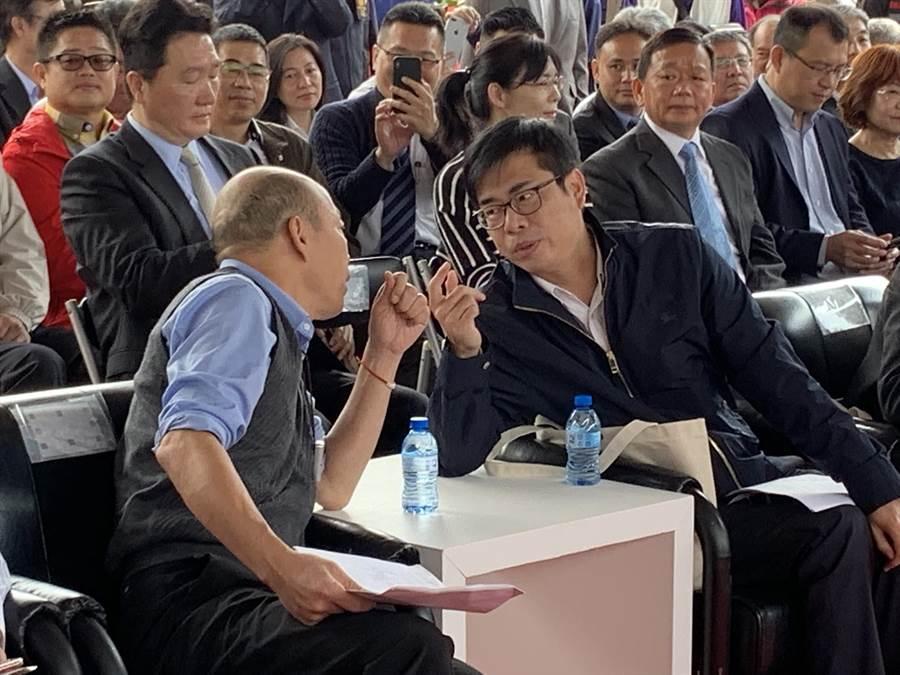 行政院副院長陳其邁(右)今天與高雄市長韓國瑜(左)選後首度同框,在台下咬耳朵。(柯宗緯攝)