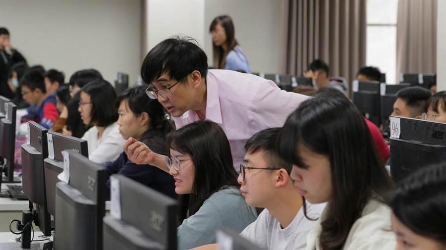 成功大學洞察AI趨勢,近年大量開設人工智慧及程式語言相關課程,達1萬0694人次修課。(成大提供)