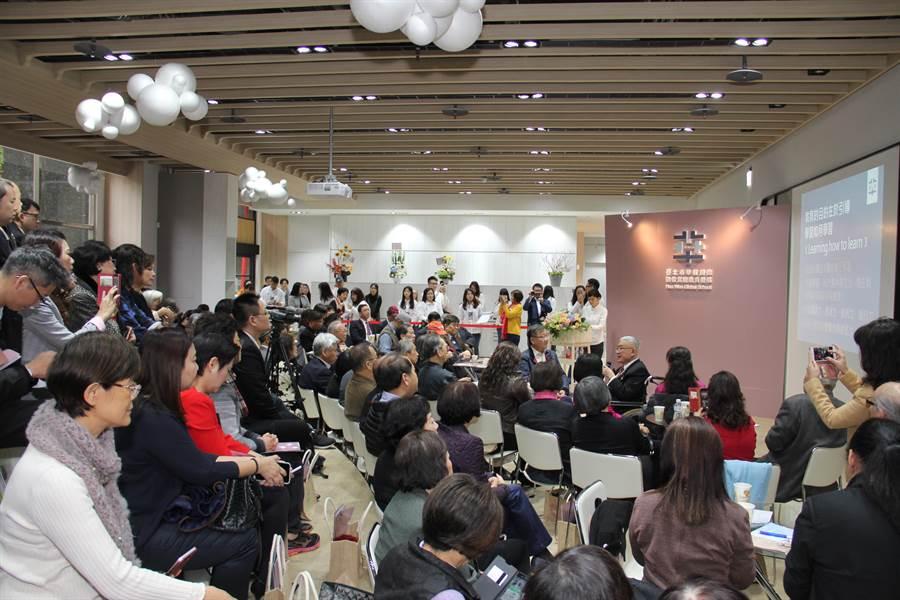 、華砇國際數位實驗教育機構揭牌記者會現場冠蓋雲集。(華砇國際數位實驗教育機構提供)