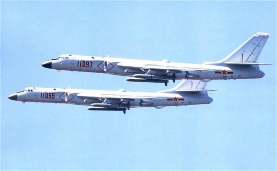 中共轟-6系列開發出愈來愈多不同改型轟炸機,最近這款轟-6J是今年2月才完成,目前專門配備給海軍使用。(圖/網路)