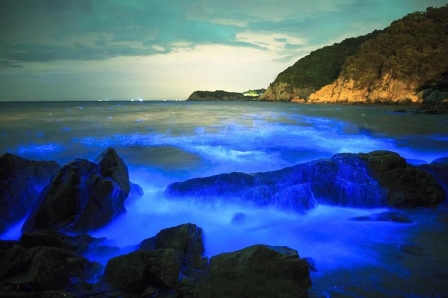 馬祖「藍眼淚」被CNN選為世界15大自然奇景、美國太空總署NASA列為國際級特殊景觀,每年4月至9月為藍眼淚旺季。(連江縣政府提供)