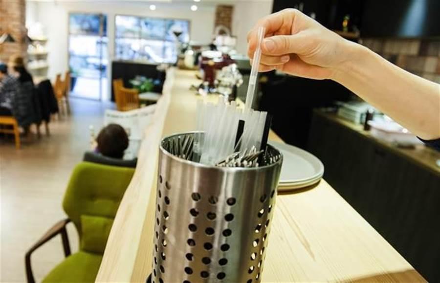 外帶飲料臨時改店內喝時,用塑膠吸管不罰款。網友聽到該新規定,不免想諷刺:選舉到…轉彎了。(資料照 鄭任南攝)