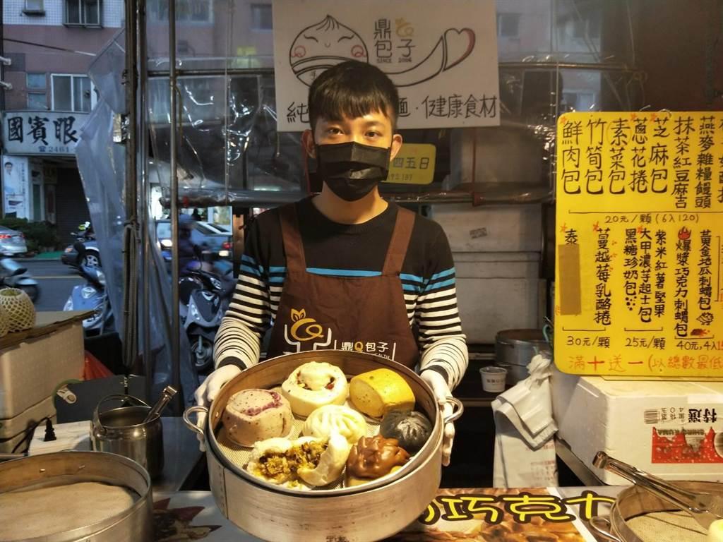 劉先生放棄穩定的科技業,回家傳承老爸手藝。(陳淑娥攝)