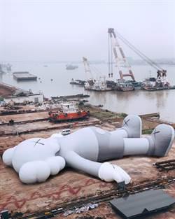 KAWS巨型公仔下一站在香港!新模樣躺臥維多利亞港