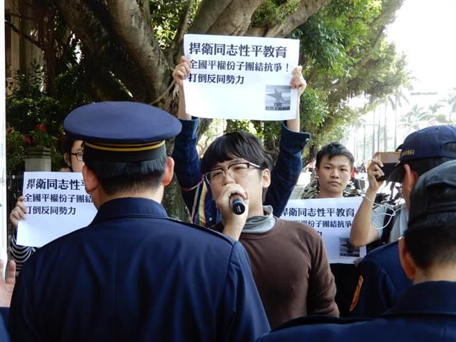 挺同團體「國際社會主義前進」的成員,高喊「打倒反同勢力」、「捍衛性別平權」。(林志成攝)