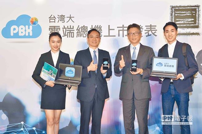 台灣大哥大企業用戶事業群營運長吳傳輝(右二)與思科系統台灣總經理陳志惟(左二)共同宣布將於4月15日推出領先業界的「台灣大雲端總機」。(台灣大提供)