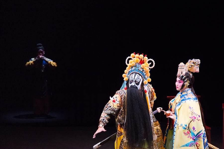 巡演華人世界多座城市的粵劇版《霸王別姬》,即將來台首演,展現香港新生代創作者的創意和巧思。團隊以想像力帶領觀眾穿越時空,探看過去、現在和未來的霸王,不同的狀態變化,藉此呈現粵劇的傳統和創新面貌。(台灣戲曲中心提供)