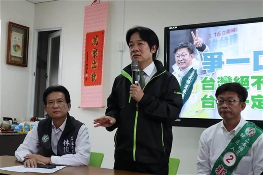 賴清德(中)日前強調,民進黨雖然只剩一口氣,但絕對會爭氣,呼籲台南的鄉親要團結,爭一口氣守護台南的民主。(中時資料照)