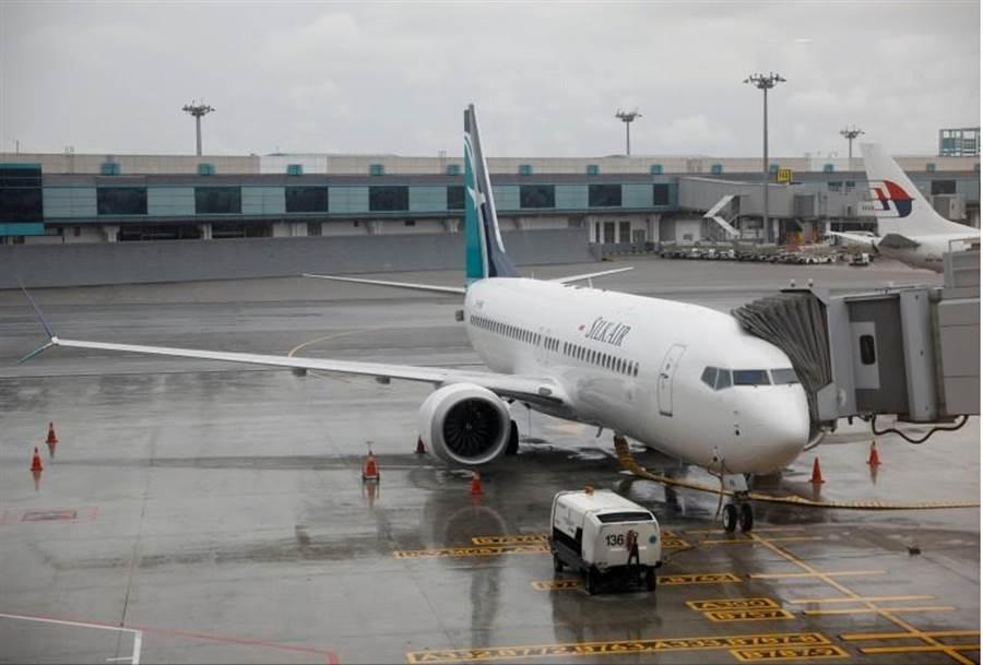 新加坡民航局今天上午發布公告,自今日下午2點起,全面停飛波音737 MAX系列機型,澳洲也在下午跟進,圖為停在樟宜機場的勝安航空波音737 MAX 8客機資料照。(圖/路透社)
