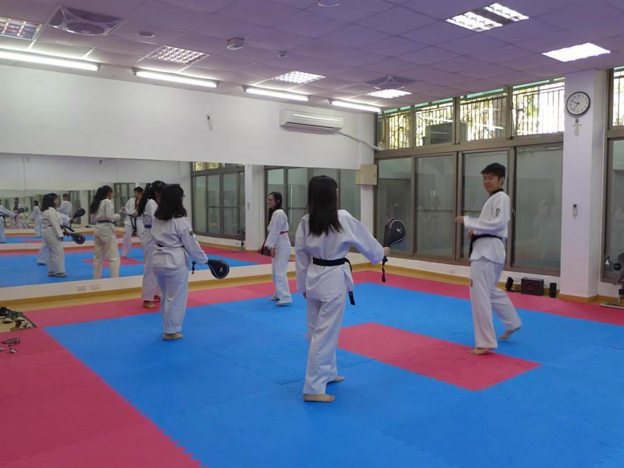 興大跆拳社的學生利用新設的活動空間練習,較以往方便且安全。(林欣儀攝)