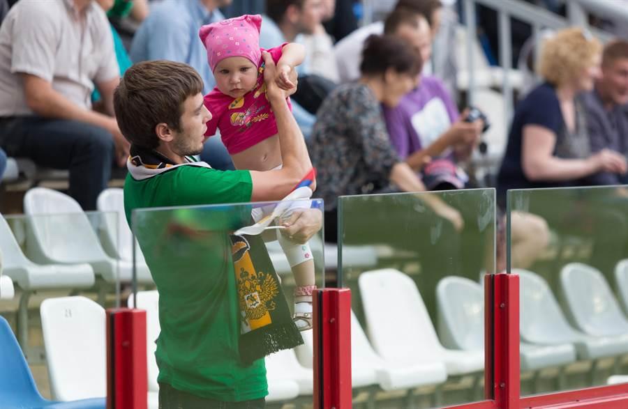 很多爸爸看比賽搞不定小孩子。(達志影像示意圖)