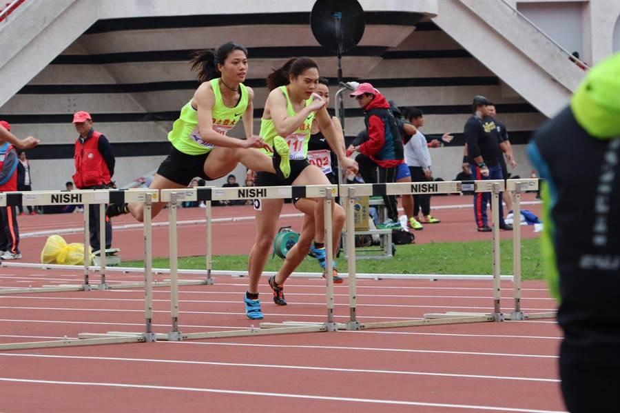鄭唐秀(左)在新北市青年盃賽女子100公尺跨欄決賽擊敗強敵謝喜恩,創下個人最佳成績、改寫大會紀錄,並且取得4月卡達亞錦賽入場券。(潘柏宇教練提供)