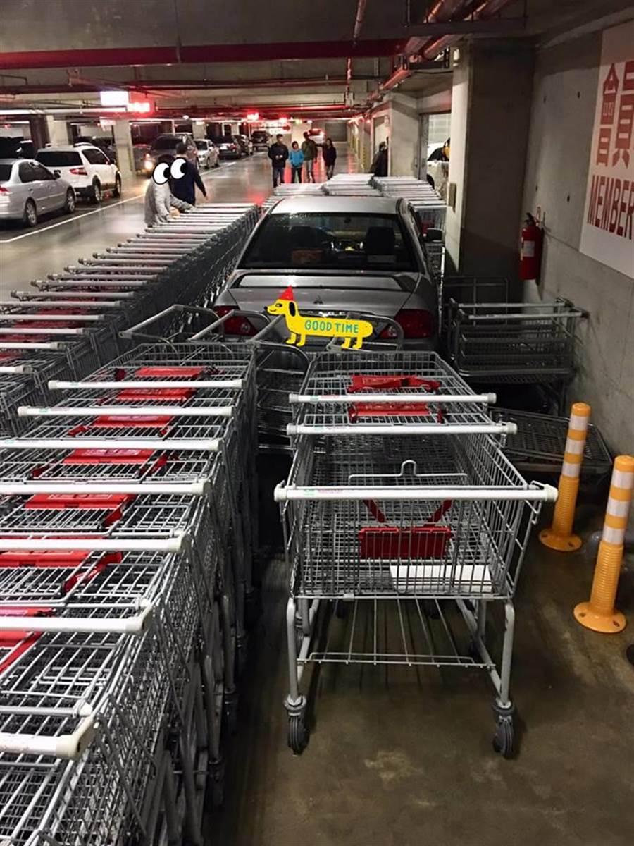 好市多三寶車停推車區 秒被推車大軍包圍。(翻攝自「Costco好市多 商品經驗老實說」)