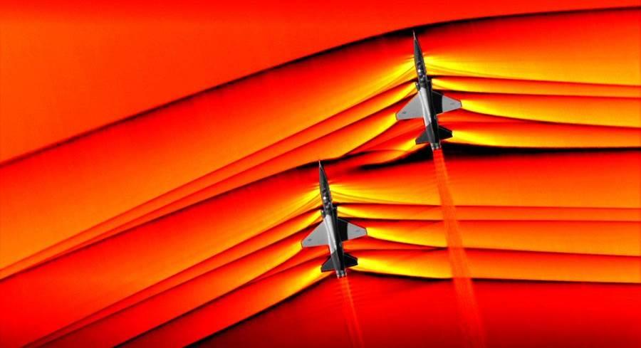 T-38劃開空氣,產生一道道的衝擊波。(圖/NASA)