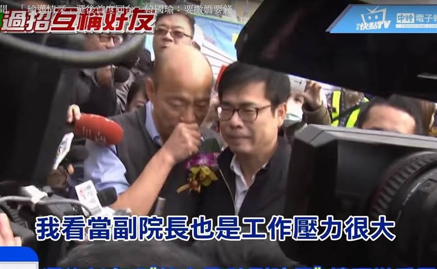 好友相見。韓國瑜迎接陳其邁下車,幫他別胸花,拉著他的手臂進場、一路交頭接耳。(圖/翻攝中天新聞)