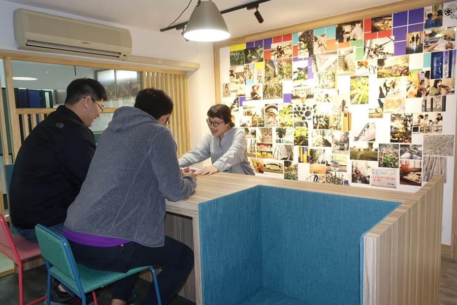 雲林縣虎尾科技大學男生第二宿舍學習資源中心、資源或資訊諮詢站像咖啡巴檯,主牆是學生「在校的一天」攝影作品。(許素惠攝)