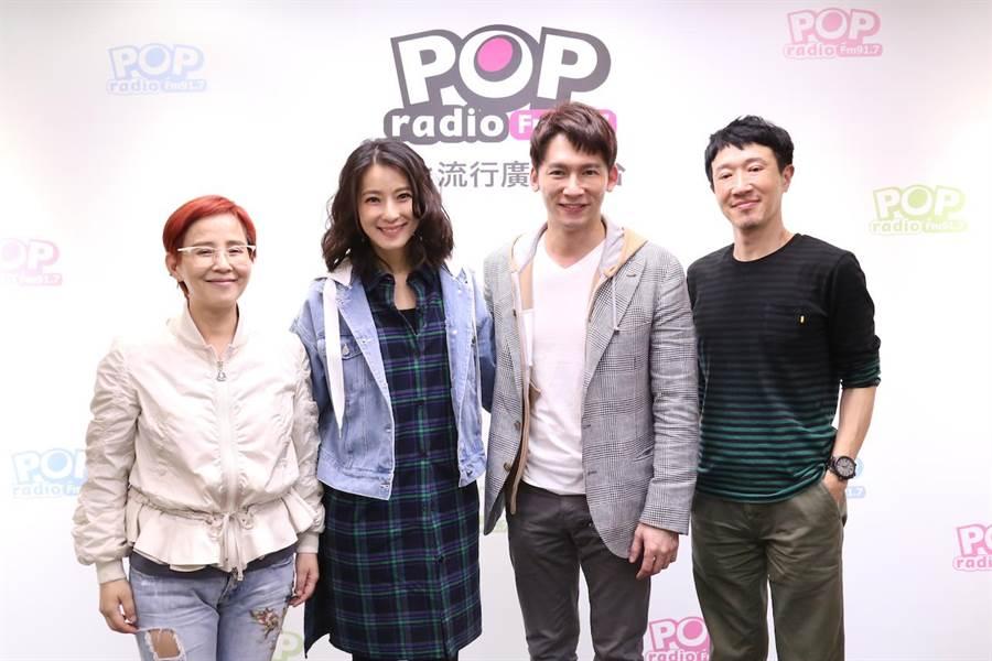溫昇豪和賴雅妍日前為了主演的舞台劇《瘋狂偶像劇》來到POP Radio《依同開MIC辣!》宣傳。(POP Radio提供)