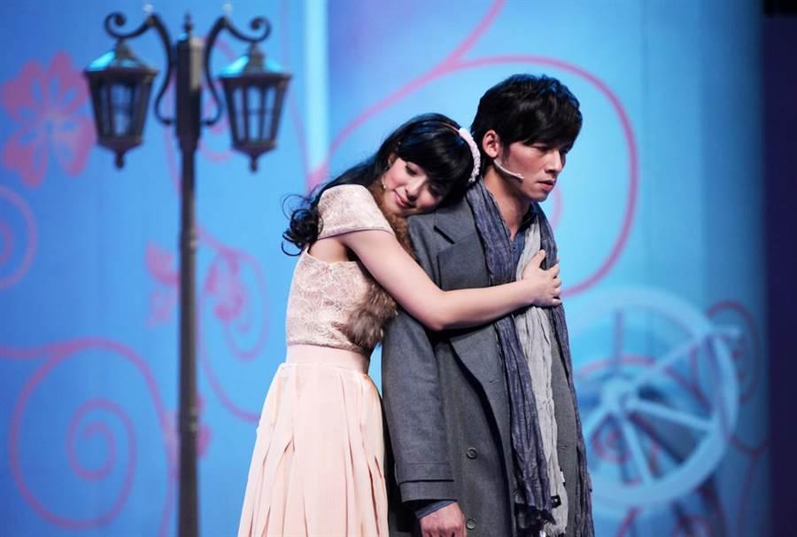 溫昇豪和賴雅妍演出舞台劇《瘋狂偶像劇》。(全民大劇團提供)