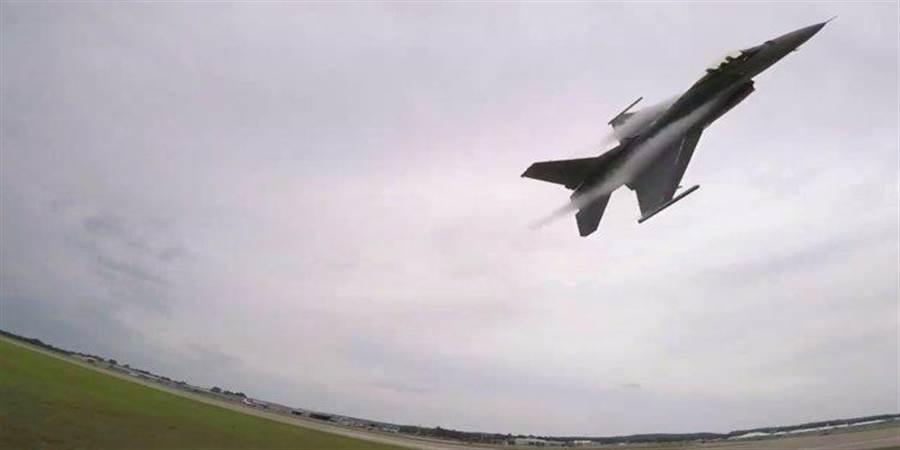 低空飛掠的F-16(並非此次事件)。(圖/Shaw AFB)