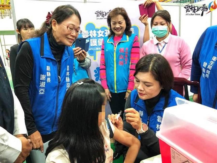 雲林縣長張麗善視察疫苗接種會場,卻違法親自下場打針遭到開罰 (圖/張麗善臉書)