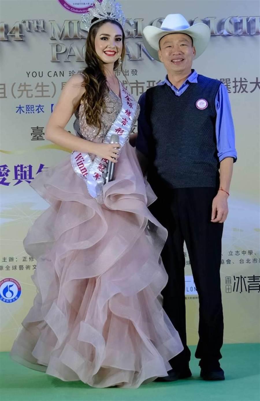 吉賽兒(左)與韓國瑜市長。(城市小姐選美協會提供)