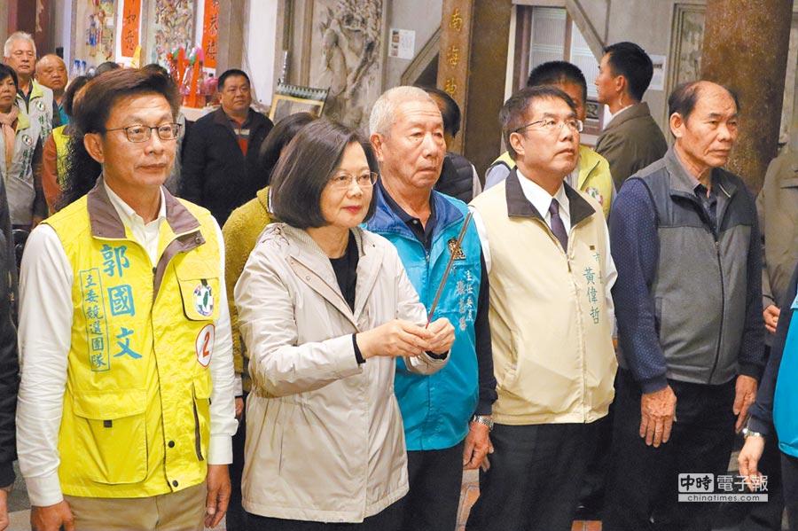 蔡英文總統(前左二)11日晚間在台南市長黃偉哲(前右二)陪同下至台南善化幫郭國文(前左一)輔選,一行人先到慶安宮參拜。(劉秀芬攝)
