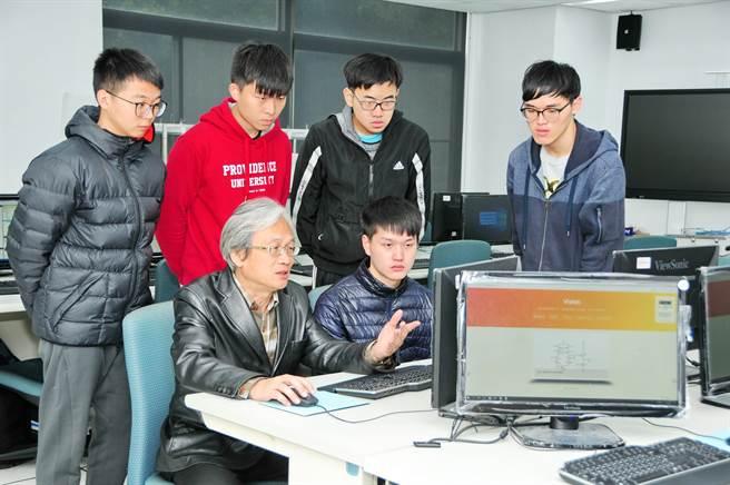 吳賦哲表示,李家同教授長期關心國內工業軟體發展,認為國家需要很多基礎應用軟體,國人必須開發出屬於自己的軟體,受他的鼓勵,持續從事教學研究,及研發Violet系統。(陳世宗翻攝)