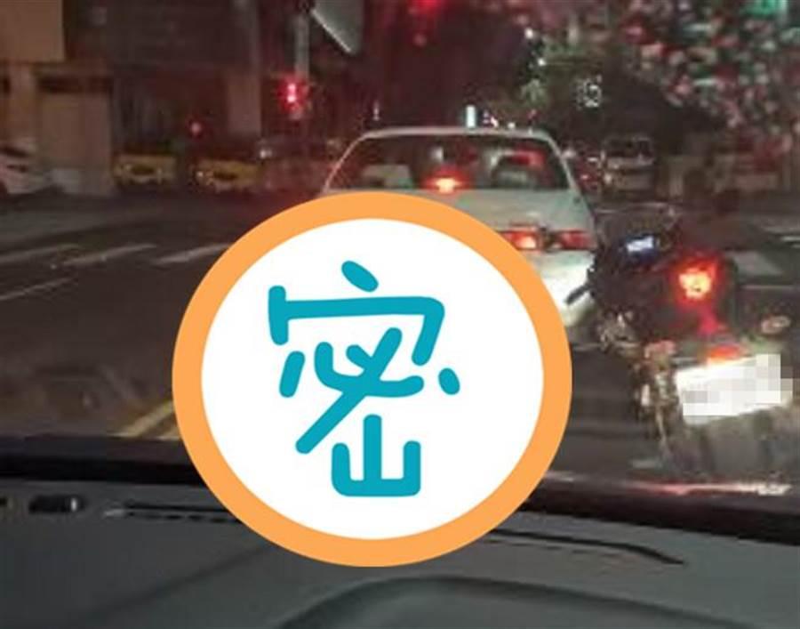 一名男子因「紅燈等太久」,竟停機車「上上下下」做運動。(翻攝自爆料公社)