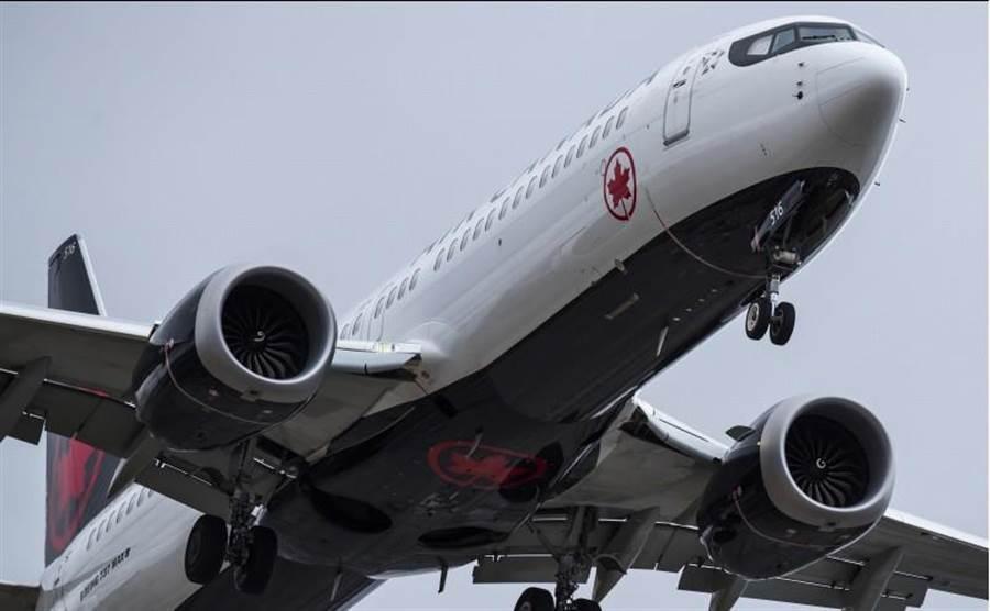 歐洲航空安全署宣布暫停737 MAX 8和MAX 9型飛行歐洲領空後,全球只剩美加兩國未停飛737 MAX 8。圖為加拿大航空737 MAX 8。(美聯社)