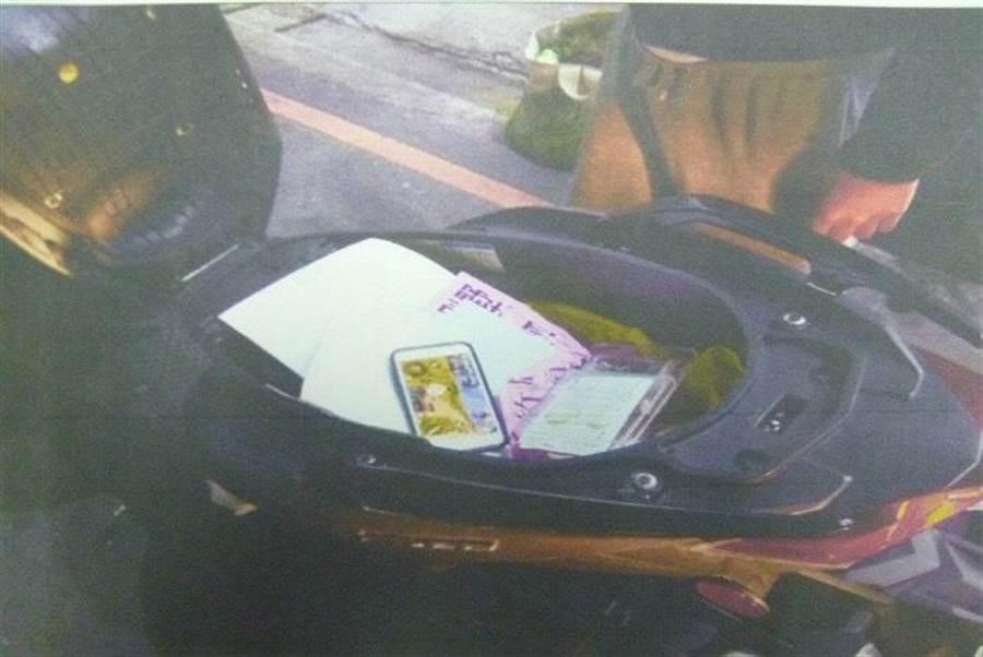 涂姓男子偷走店內哀鳳手機放自己機車置物箱,櫃檯愛心零錢箱則放在機車腳踏板。(張妍溱翻攝)