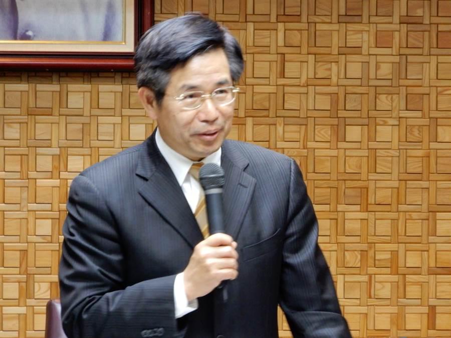 教育部長潘文忠要部內同仁快速澄清外界對政策的誤解。(林志成攝)