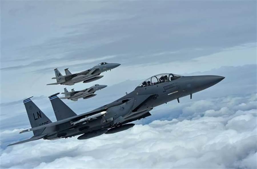 美國空軍F-15C和F-15E戰機編隊飛越英格蘭上空的資料畫面。(美國空軍)